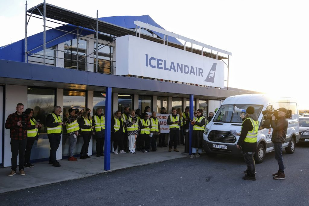 Union representatives of Efling came out in droves to a solidarity meeting at Reykjavík Airport